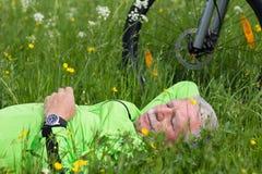 Pausa de um ciclista imagens de stock