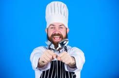 Pausa della cena Cottura sana dell'alimento Uomo del cuoco unico in cappello Ricetta segreta di gusto vegetariano Cuoco unico mat fotografia stock libera da diritti
