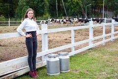Pausa después del trabajo en granja de la leche outdoor Foto de archivo libre de regalías