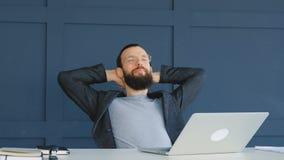 Pausa di lavoro di comunicazione di stile di vita dell'uomo di affari video d archivio