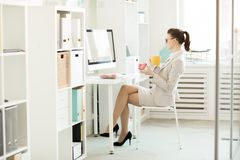 Pausa para o almoço no escritório foto de stock royalty free