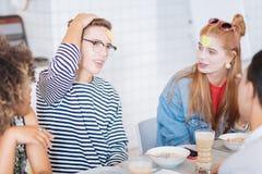 Pausa satisfeito da despesa do adolescente com seus amigos imagens de stock
