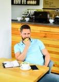 Pause-café à détendre Nutrition saine de vitamine de soin d'homme pendant le jour ouvrable Concept physique et mental de bien-êtr photos libres de droits