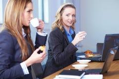Pause-café au cours de la réunion d'affaires Photos libres de droits