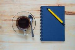 Pause-café avec le carnet sur la table en bois dans le bureau Photo stock