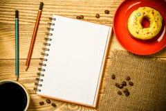 Pause-café avec le casse-croûte photographie stock
