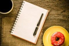Pause-café avec le casse-croûte photographie stock libre de droits