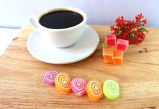 Pause-café avec le fond en bois Images stock