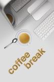 Pause-café, bureau de vue supérieure avec l'ordinateur et tasse de café photographie stock libre de droits