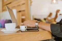 Pause-café dans le bureau images libres de droits