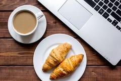 Pause-café dans le bureau sur le bureau avec la vue supérieure d'ordinateur portable Photo libre de droits