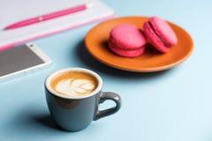 Pause-café dans un espace de travail girly coloré photo libre de droits