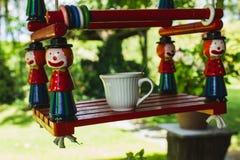 Pause café dans une garderie Teeterboard avec la tasse de café Voiture d'enfant photographie stock