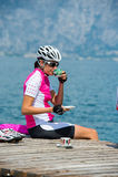 Pause-café de vélo au lac de policier Images stock