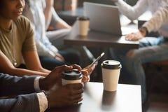 Pause-café en café avec les instruments modernes concept, vue de plan rapproché Photographie stock libre de droits