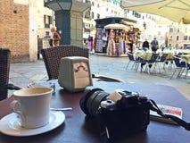Pause-café et appareil-photo photographie stock