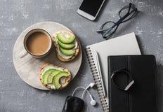 Pause-café pendant des heures de travail Lieu de travail plat d'affaires de configuration avec le carnet, comprimé, téléphone, ve Photos libres de droits