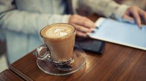 Pause-café pendant le travail image stock