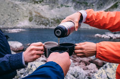 Pause café pendant le trekking élevé de Tatras en Slovaquie Photographie stock
