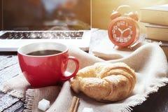 Pause-café simple d'espace de travail ou dans le matin Image stock