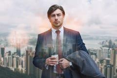 Pause-café sur un aller Portrait de tasse de participation d'homme d'affaires de café sûre tout en se tenant dehors avec le burea image libre de droits