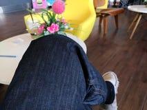 Pause-café et fleur rose au café Images stock
