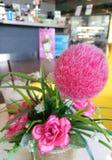 Pause-café et fleur rose au café Image stock
