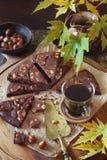 Pause de café d'automne Kladdkaka, gâteau de chocolat suédois et tasse o photo libre de droits