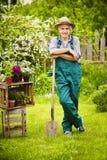 Pause de chapeau de paille de pelle de jardinier de jardin photographie stock libre de droits