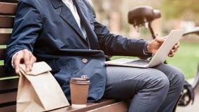 Pause de midi Ordinateur portable de Sitting Outdoors With d'homme d'affaires photo libre de droits