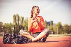 pause de séance d'entraînement Exercice de jeune femme dehors images stock