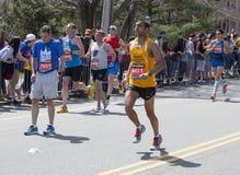 Pause dell'uomo di maratona 2014 di Boston per prendere respiro Immagine Stock