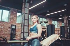 Pause s'exerçante, jeune femme sportive dans le repos de vêtements de sport photos libres de droits