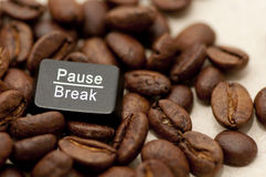 Pause, touche d'interruption parmi des grains de café Images stock