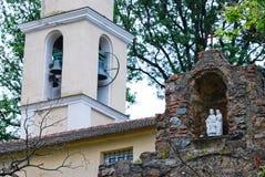Pause und ein Glockenturm stockfotos