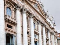 Pauselijke Basiliek van St Peter in schemering in Vatikaan Royalty-vrije Stock Afbeeldingen