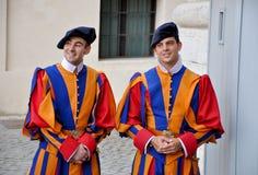 Pauselijke Zwitserse Wacht in eenvormig in Vatikaan. Royalty-vrije Stock Foto