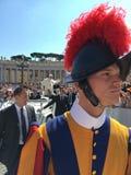 Pauselijke Zwitserse Wacht - Pauselijk Publieksst Peter's Vierkant stock foto