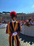 Pauselijke Zwitserse Wacht - Pauselijk Publieksst Peter's Vierkant stock foto's