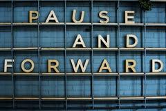 Pausen och annonserar framåtriktat stilsorten arkivbilder