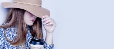 Pauses au travail Une belle femme d'affaires dans un chapeau de cowboy Photo libre de droits