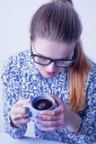 Pauses-café au travail Une belle femme d'affaires appréciant une tasse Images stock