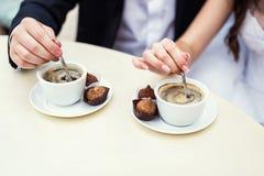 Pauses-café, deux tasses de café sur une table, couple, dessert, r Images libres de droits