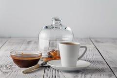 Pauses-café rectifiées sur la couleur blanche en bois Photo stock