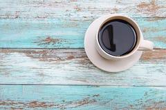 Pauses-café rectifiées sur la couleur en bois Image stock