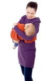 Pauses de maman un enfant dans des ses bras Images libres de droits