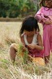 Pauvre enfant sur le pré d'herbe sèche Photographie stock libre de droits