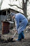 Pauvre et vieil homme roumain travaillant sa terre d'une manière traditionnelle avec les mains vides images libres de droits