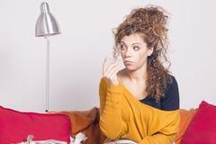 Pauvre femme malade, prenant sa température avec un thermomètre Photos stock