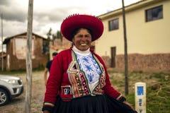 Pauvre femme p?ruvienne souriant avec l'habillement traditionnel d'Inca photos libres de droits